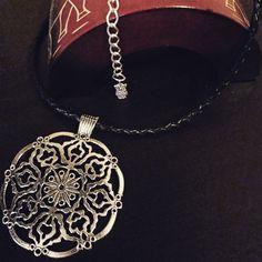 Nuevo collar con cuero trenzado negro y abalorios plateados