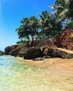 Playa Peña Blanca, Aguadilla.  Recuerda que todos estos lugares requieren de nuestra responsabilidad para conservarlos y mantenerlos limpios. Lleva una bolsa o bulto para llevarte tu basura y la que puedas encontrar. El ejemplo es la mejor herramienta para educar.   Foto suministrada por @airelavana  #backpackingpr #puertorico #NODEJESBASURA
