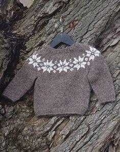My Pins Stjerne sweater baby Stjerne sweater baby Baby Knitting Patterns, Baby Sweater Patterns, Baby Sweater Knitting Pattern, Knitting For Kids, Free Knitting, Crochet Baby Cardigan, Knit Baby Sweaters, Booties Crochet, Crochet Hats