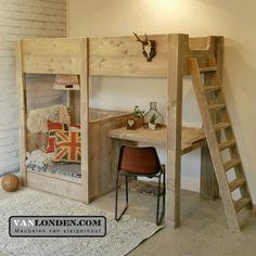 Hoogslaper bed met bureau en loungeplek van steigerhout ... www.vanlonden.com