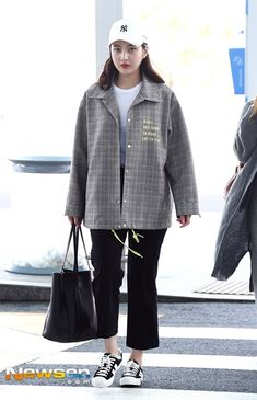 at Incheon Airport going to Japan Kpop Fashion Outfits, Fashion Idol, Korean Outfits, Female Fashion, Boy Fashion, Korean Airport Fashion, Red Velvet Joy, Velvet Fashion, Airport Style