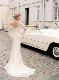 love the lace sleeves and v-back on this gown!
