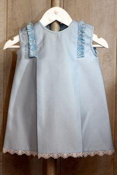 Vestido de bebé niña en piqué azul con volantes de nido