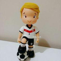 Cositas❤ Fondant Figures Tutorial, Cake Topper Tutorial, Fondant Toppers, Soccer Cake, Soccer Party, Decors Pate A Sucre, Fondant People, Cupcakes For Boys, Sport Cakes