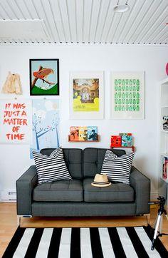 Sala pequena sofá cinza parede quadros