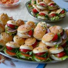 small hamburgers one bite snack for a party Party Snacks, Appetizers For Party, Czech Recipes, Ethnic Recipes, Mini Hamburgers, Food Platters, Food Humor, Antipasto, Mediterranean Recipes