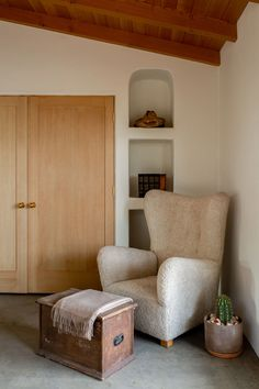 House Tour :: A Desert Adobe that Embraces Softness and Simplicity - coco kelley coco kelley Vintage Wall Lights, Adobe House, Desert Homes, Cozy Corner, Upholstered Chairs, Decoration, House Tours, Interior Design, Interior Styling