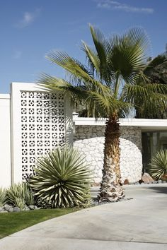 Mid-century architecture: Let's get inspired by the best mid-century modern architecture examples in Palm Springs, California! Landscape Walls, Landscape Architecture, Landscape Design, Architecture Design, Garden Design, Residential Architecture, Contemporary Architecture, Spring Architecture, California Architecture