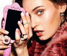 Tech Case Candy  In deze betoverende maand is het 'bling' wat de klok slaat. Zelfs je handen moeten eraan geloven. Pak uit met grote en kleine ringen en geef je iphone hoesje een make over met een van  de 'fabulous' covers!
