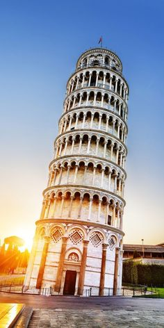 Leaning Tower of Pisa, Italy. Beautiful travel destinations around the world.