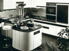 [ 90 ans de création française ] Dans les années 80, Arthur Bonnet met en avant le modèle Festival dont l'îlot arrondi est à la fois esthétique et convivial. Kitchen Island, Home Decor, Rounding, Island Kitchen, Decoration Home, Room Decor, Home Interior Design, Home Decoration, Interior Design