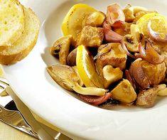 Kalbsvoressen mit Zitronen - Pilze und rote Zwiebeln setzen zusätzlich Akzente Pretzel Bites, Bread, Food, Browning, Recipies, Brot, Essen, Baking, Meals