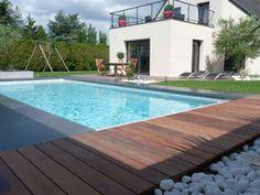 Photo après piscine cardinal jardin Olivier Deniel : Une terrasse en bois flirte avec un revêtement béton gris-ardoise