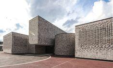 Resonanzraum hinter Ziegeln - Musikschule in Saint-Quentin en Yvelines bei Paris von Opus 5 Synthetic Lawn, Blue Roof, Concrete Building, Brick Facade, Concrete Structure, Music School, Opus, Brickwork, Brutalist