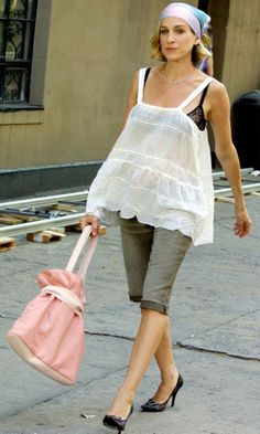 Carrie Bradshaw Wearing Grey Cropped Trousers, A Multi-Coloured Headscarf And Carrying A Pink Handbag, Season 5