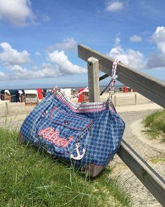 Beachbag und Shopper in zwei Größen Papierschnittmuster mit Booklet Pernille ist ein einfach konstruierter Grundschnitt, den Ihr in den 2 Größen auf dem Schnittmuster findet. Er lässt sich schnell und einfach nähen.   Diese Tasche... Sewing Blogs, Shopper, Dory, Purses And Bags, Gym Bag, Pouch, Quilts, Pattern, Handmade