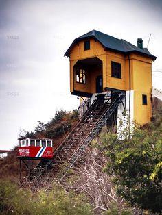 Ascensores de Valparaíso Environmental Art, The Originals, House Styles, World, Fish, Trains, Transportation, Buildings, Steampunk