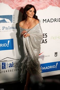 Penelope Cruz in a glittering Balmain gown continued to wow the style brigade in a shimmering strapless metal. Penelope Cruze, New Years Look, Red Shawl, Spanish Actress, Haute Couture Gowns, Poses For Photos, Celebs, Celebrities, Actors & Actresses