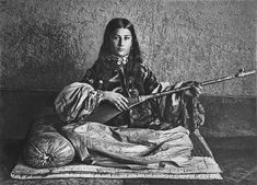 Гюго Крафт (Русский Туркестан, 1898—1899) - Молодая таджичка, играющая на дутаре (Самарканд)