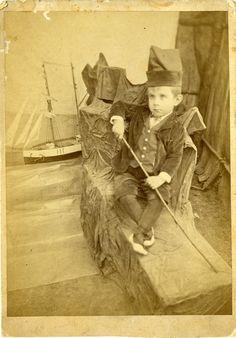 Nen amb vaixell de joguina. ca. 1900. Autor desconegut . MMB (Col. J. Montoro) Painting, Author, Painting Art, Paintings, Painted Canvas, Drawings