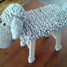 Çocuk Odası Dekorasyonu İçin Örgü Tabure Kılıfları 18 Crochet 101, Crochet For Kids, Crochet Patterns, Crochet Hats, Stool Cover Crochet, Kids Stool, Stool Covers, Plastic Baskets, Crochet Animals