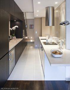 Nowoczesna kuchnia w aranżacji wykorzystuje układ przestrzenny i dzięki temu nowoczesna kuchnia staje się miejscem wyraźnie zintegrowanym z pozostałą częścią mieszkania. Najlepsze jest połączenie: kuchnia i salon. Taki układ powoduje, że aranżacje kuchni są przytulniejsze. Do tego oryginalne, nowoczesne meble kuchenne i kuchnia staje się wymarzonym miejscem do gotowania. Pamiętaj, aby szafki kuchenne były pojemne! Połączenie: kuchnia i salon w twoim mieszkan…