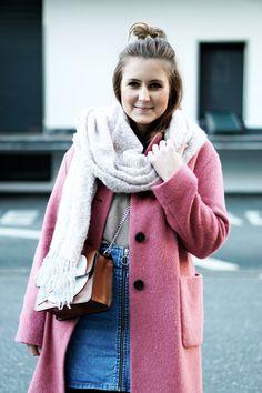 Streetstyle Blogger Pink Coat Comic Bag