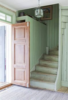 Old renovated Swedish entry with green stairs and pastel colours. Swedish House, Vintage Interiors, Architecture, Stairways, House Colors, My Dream Home, Interior Inspiration, Interior And Exterior, My House