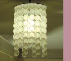 lampadario con i tappi di bottiglia