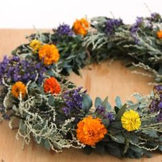 This whole website is full of tons of great DIY art and decor ideas How to make wreath super fast with this dollar store hack! Turn a laundry basket into a wreath jig, plus tutorials on a flower wreath & a herb wreath! Pine Cone Crafts, Wreath Crafts, Diy Wreath, Dollar Store Hacks, Dollar Store Crafts, Dollar Stores, How To Make Wreaths, Crafts To Make, Diy Crafts