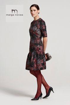 ¿Tienes una cena esta noche? ¿Qué te parece este vestido con estampado en negro, gris y granate?