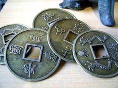 Algunas de las herramientas más poderosas del Feng Shui son las Monedas chinas.         La moneda china es un poderoso amuleto para atraer ... Feng Shui, Coins, Personalized Items, The World, Frases, Lucky Bamboo, Interesting Tattoos, Charms, Coining