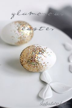 With a little spray glue and coarse glitter you make lightning .- Mit etwas Sprühkleber und groben Glitzer macht ihr blitzschnell diese Ostereier… With a little spray glue and coarse glitter you can make these Easter eggs in a flash. Easter Crafts, Holiday Crafts, Easter Decor, Easter Egg Designs, Easter Ideas, Easter Recipes, Brunch Recipes, Diy Ostern, Easter Celebration