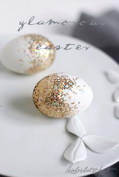 Mit etwas Sprühkleber und groben Glitzer macht ihr blitzschnell diese Ostereier. | ungewöhnliche Ostereier