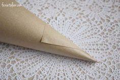 Haz tus conos de papel kraft para el arroz y los pétalos