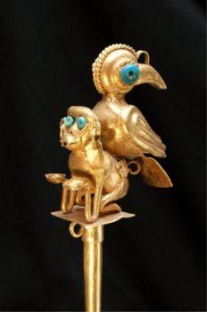 Paleta o espatula de oro y turquezas del periodo intermedio antiguo  200 al 600 d.c.  Museo del Oro del Peru