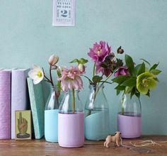 Glasfläschchen oder -vasen steht die Farbe wie angegossen: Einen Teil der Gefäße in Dosen mit mattem Acryllack (Baumarkt oder Bastelbedarf) tauchen und gut...