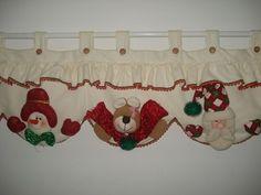 Aprende hacer cortinas navideñas Christmas Mesh Wreaths, Felt Christmas Decorations, Christmas Sewing, Noel Christmas, All Things Christmas, Christmas Crafts, Christmas Ornaments, Felt Crafts, Diy And Crafts
