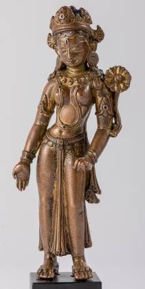 Tara est une femme bodhisattva très populaire aussi bien auprès des laïcs que des moines dans le bouddhisme tibétain. En sanskrit, son nom signifie Libératrice, mais aussi Étoile, et Celle qui fait passer - à l'autre rive - à l'instar d'un Bouddha. Jeune fille belle et élégante, elle répand de la main droite ses dons tant spirituels que matériels