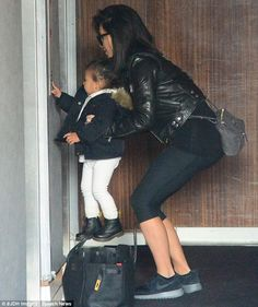 North West gets lifted up by Kim Kardashian to push elevator button - Kim Kardashian Style Kim Kardashian And North, Look Kim Kardashian, Kim And Kanye, Kardashian Jenner, Kardashian Fashion, Kim K Style, Cool Style, Hermes Birkin, Kim And North