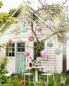 Met Pompoms kun je ook heel leuk decoreren. Hang ze in een boom in de tuin. #pompom #paperball #trouwen #weddingdecoration #styling #decoration #huwelijk #communie #trouwinspiratie #weddingphotography #honeycomb #paperlanterns @lampionlampionnen.nl fête de mariage, Lanternes à papier, idées de mariage, lampions colorés, lampions blancs, lampion avec lampes à LED, décoration de mariage, l'inspiration de mariage, décoration partie, bruiloftsborden Bruiloftsversiering huwelijk ideeën lantaarn
