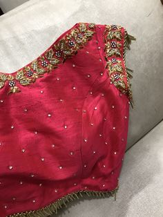 Source by moulikaponnada Best Blouse Designs, Crop Top Designs, Simple Blouse Designs, Stylish Blouse Design, Bridal Blouse Designs, Blouse Neck Designs, Blouse Patterns, Kerala Saree Blouse Designs, Maggam Work Designs