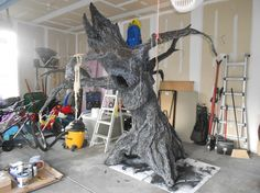 How to make a tree prop! This is for Halloween, but it could be done for a fairy room or woodland room. art design landspacing to plant Halloween Prop, Halloween Trees, Holidays Halloween, Halloween 2016, Halloween Crafts, Halloween Decorations, Halloween Stuff, Halloween Forum, Halloween Graveyard