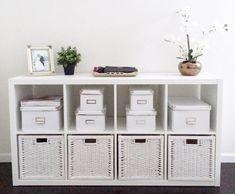 étagères Ikea Kallax en blanc acrylique et casiers assortis