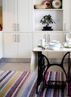 Descubra fotos de Cozinhas campestres translation missing: pt.color.cozinhas.bege: Vista geral.. Encontre em fotos as melhores ideias e inspirações para criar a sua casa perfeita.