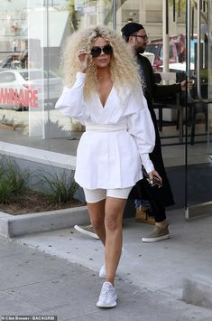 Khloe Kardashian was spotted with the same wild curly hair she rocked at Diana Ross' party the night before as she left a luxury goods shop in Los Angeles on Wednesday. Khloe Kardashian Outfits, Koko Kardashian, Kardashian Jenner, Oversized Shirt Outfit, Kris Jenner Style, Fashionista Street Style, Wild Curly Hair, Chic Outfits, Fashion Outfits
