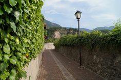 Strasse Auer. Mooie smalle straten, vele huizen omgeven door muren.