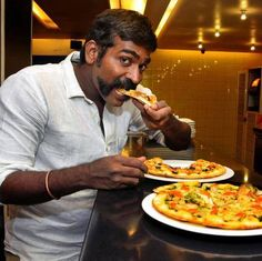 Vijay Sethupathi Eating Pizza India People, Indian Man, Tamil Movies, Hd Photos, Pizza, Photoshoot, Eat, Tigers, Celebrities