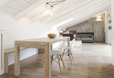 In un prestigioso palazzo ottocentesco nel cuore della città, un appartamento sottotetto riqualificato con arredi moderni nel segno dell'ottimizzazione degli spazi