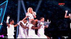 """Como a maioria dos seres humanos com internet ou TV a cabo acabaram de ver, Lady Gaga acaba de fazer uma performance que os fãs denominam como """"uma das mais importantes de sua carreira&#822…"""